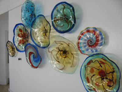 Разноцветные декоративные тарелки на стене помогут сделать однотонную стену интересной и красочной