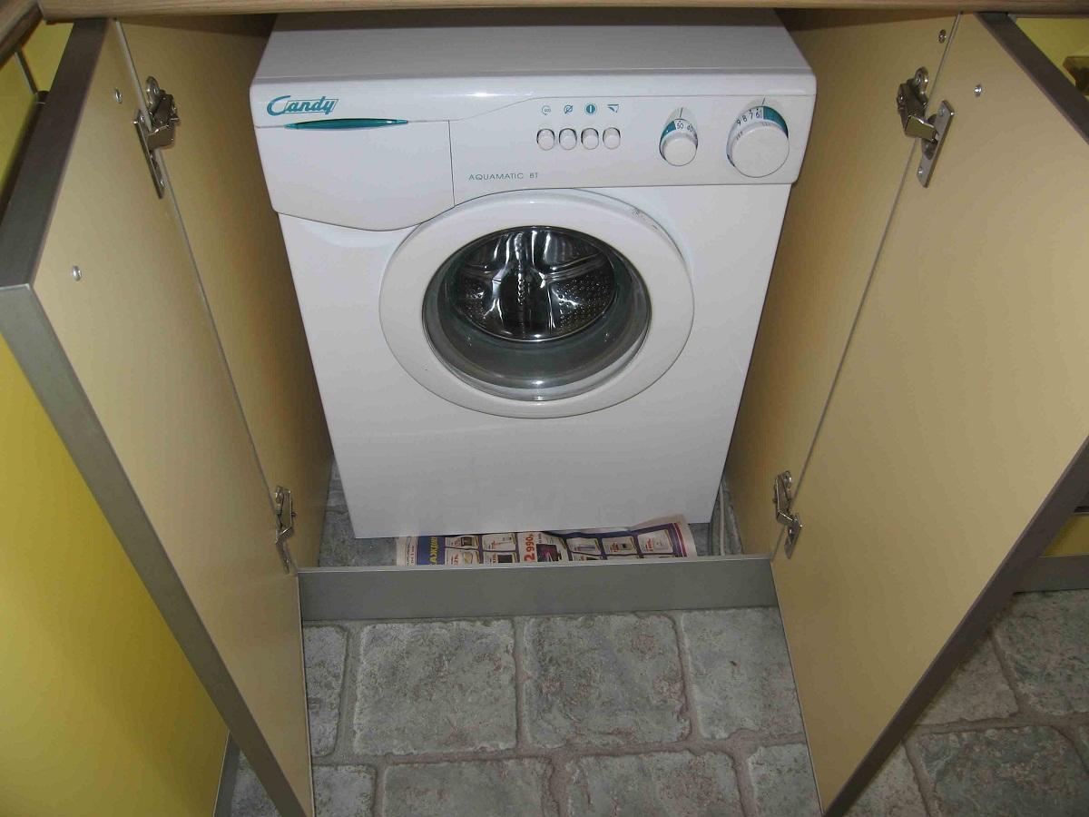 Спрятать стиральную машину на кухне можно в тумбочку