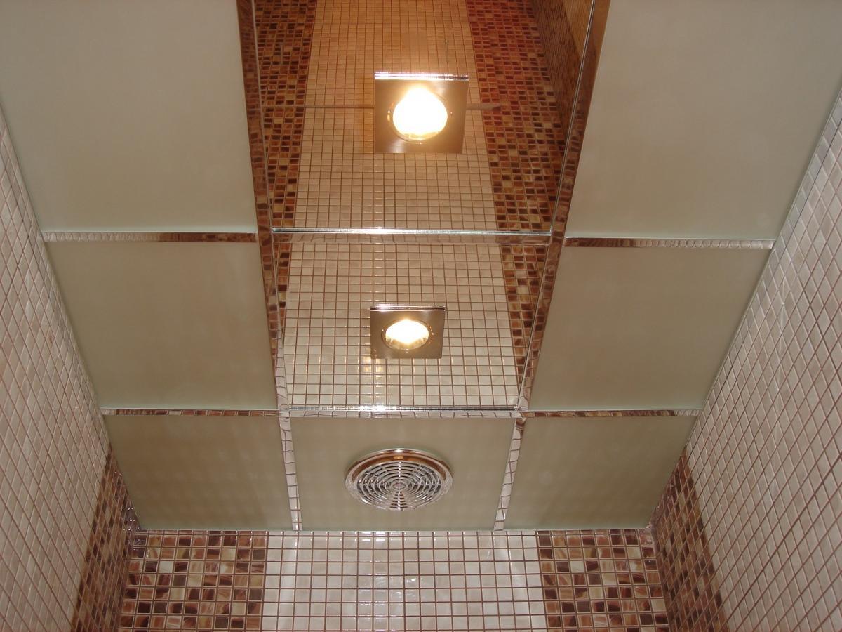 Потолочная плитка в ванной хорошо сочетается с зеркальной