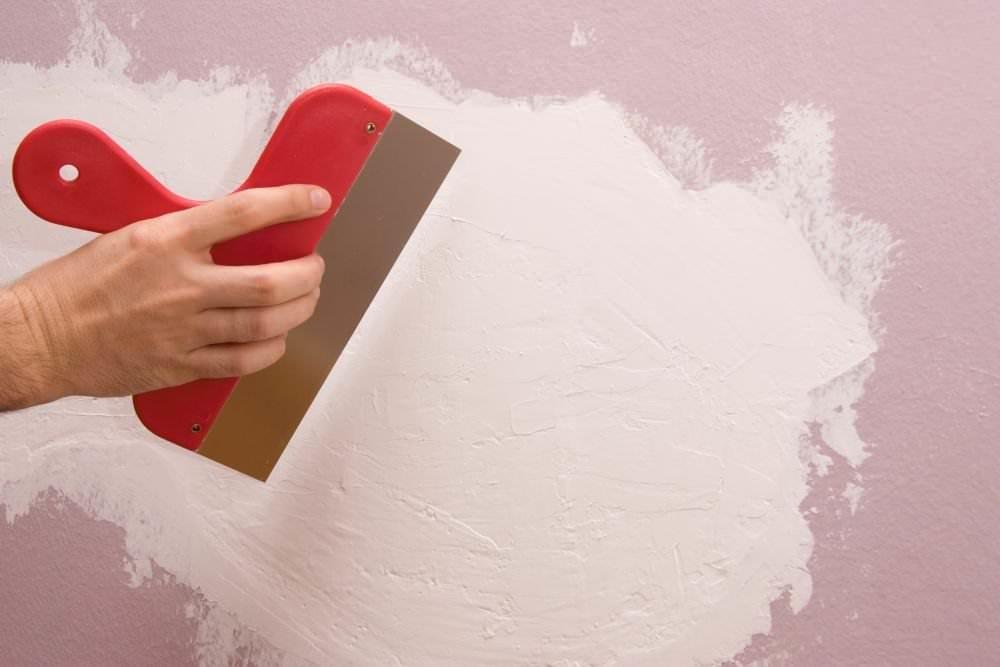 Выравнивание стены производится чаще всего цементно-песчаной или гипсовой штукатуркой