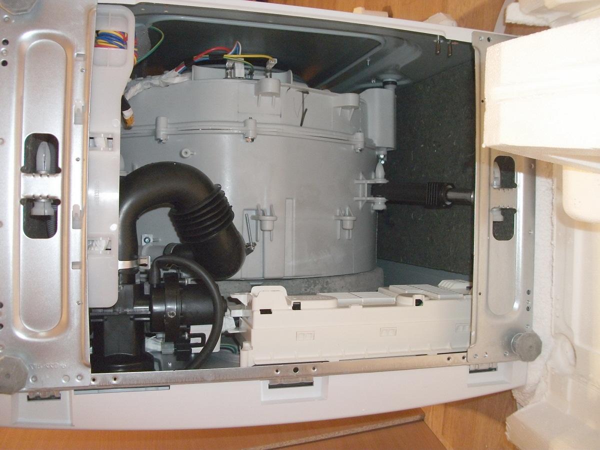Регулярно стоит выполнять осмотр внутренних деталей стиральной машины