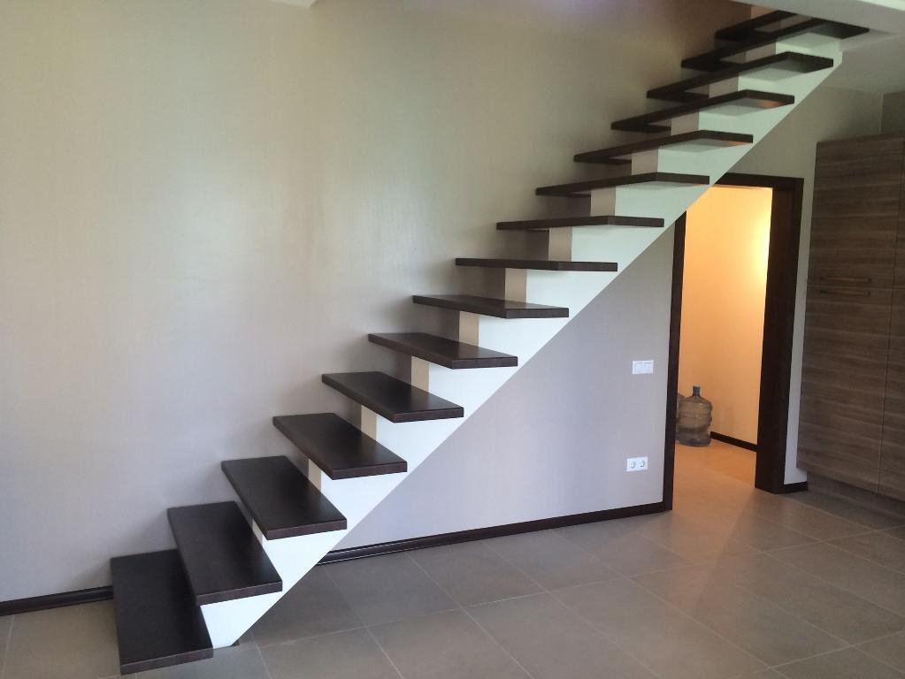 Выбирать лестницу для дома следует с учетом ее размеров и основных характеристик