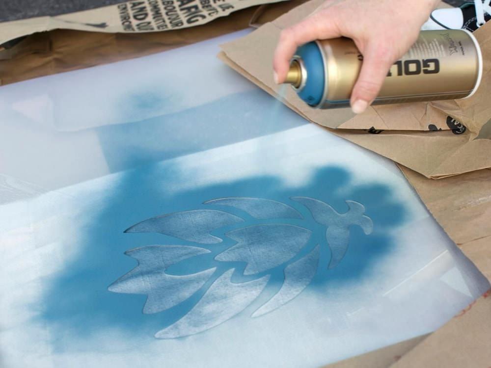 Рисунок можно нанести и с помощью аэрозольной краски