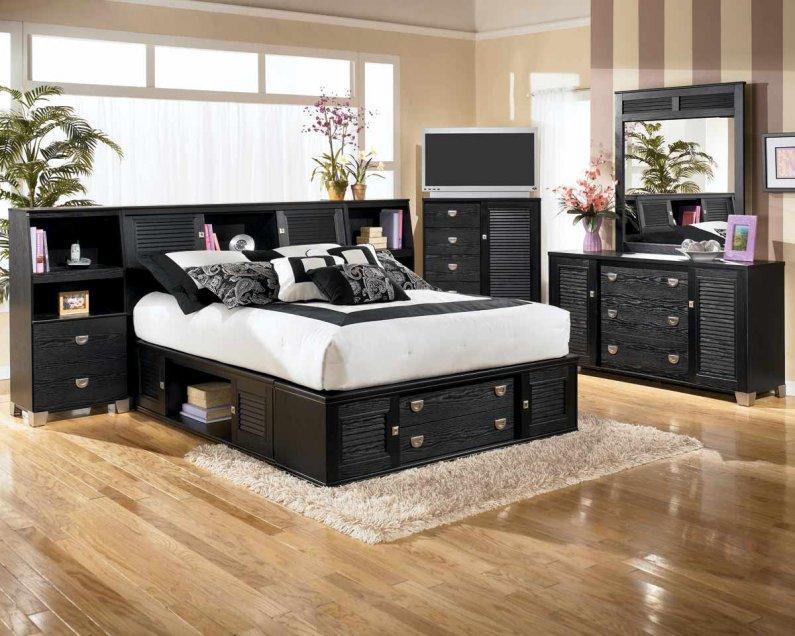 Добавить яркости черно-белой спальне помогут красивые цветы в оригинальных вазах