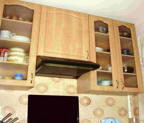 Встраиваемый тип вытяжной системы позволяет скрыть некоторые ее элементы в шкафу