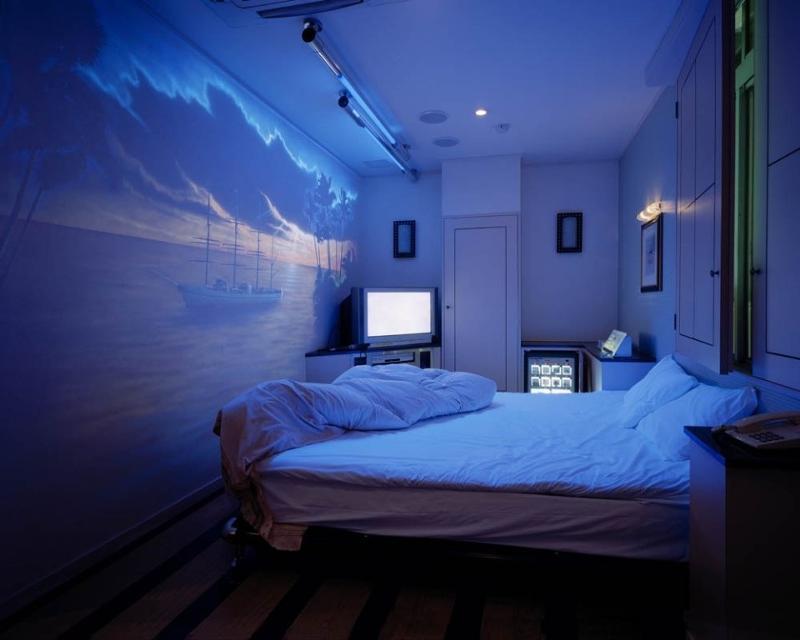Оригинальным решением при оформлении декора спальни является применение обоев, светящихся в темноте