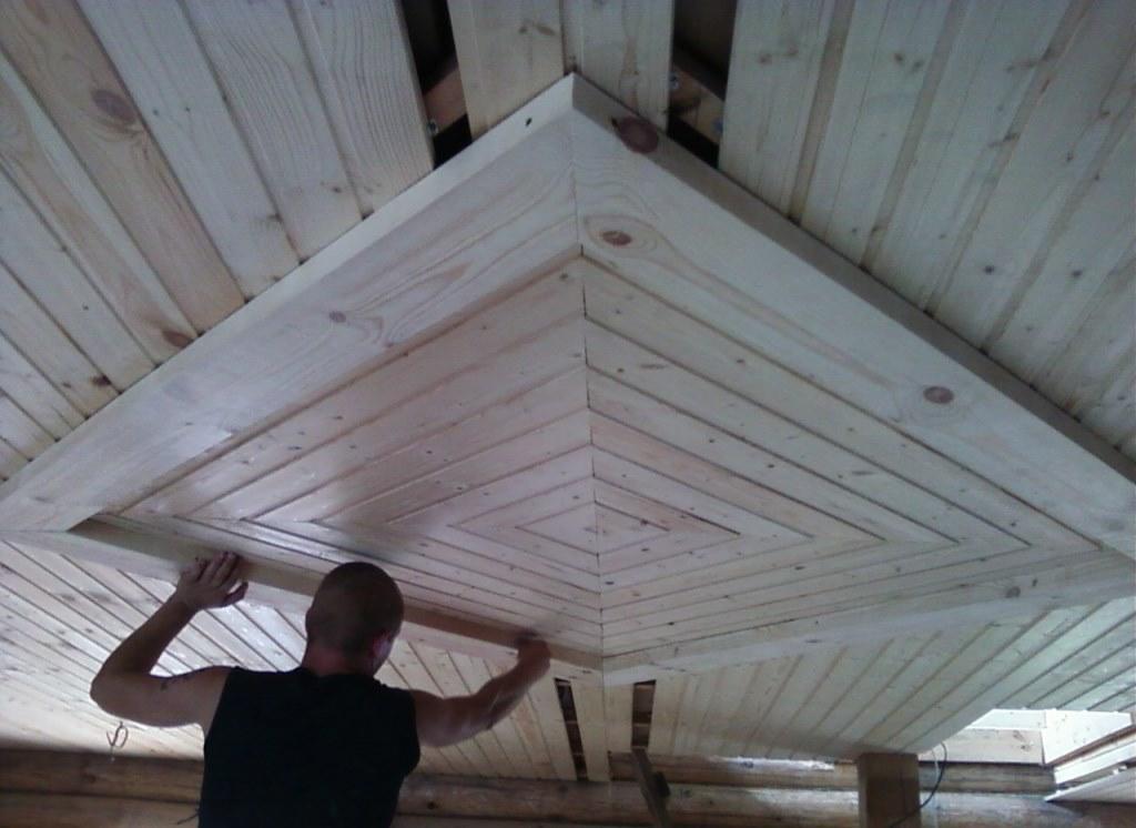 деревянный потолок на даче своими руками фото помощью гипсокартона можно
