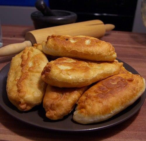 Жареные пирожки с яблоками – это простой и быстрый способ порадовать родных и близких домашним вкусным десертом
