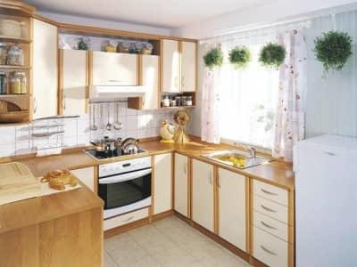 Многие хозяйки задаются вопросом: как обустроить окно на угловой кухне?