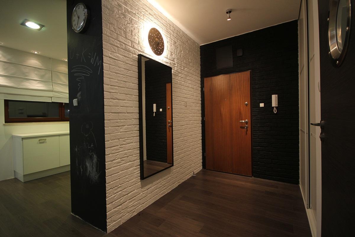 Оригинальным решением является создание в прихожей контраста с помощью белого и черного декоративного кирпича