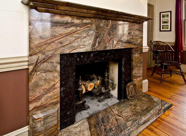 Если камин предназначен для декоративного украшения помещения, то портал можно покупать с открытой топкой, а для обогрева лучше подойдет закрытый вариант