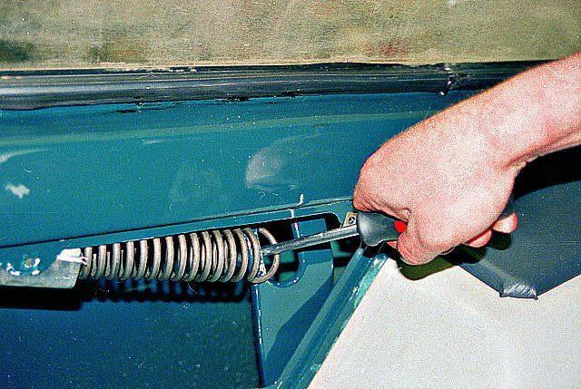 Процесс установки дверной пружины