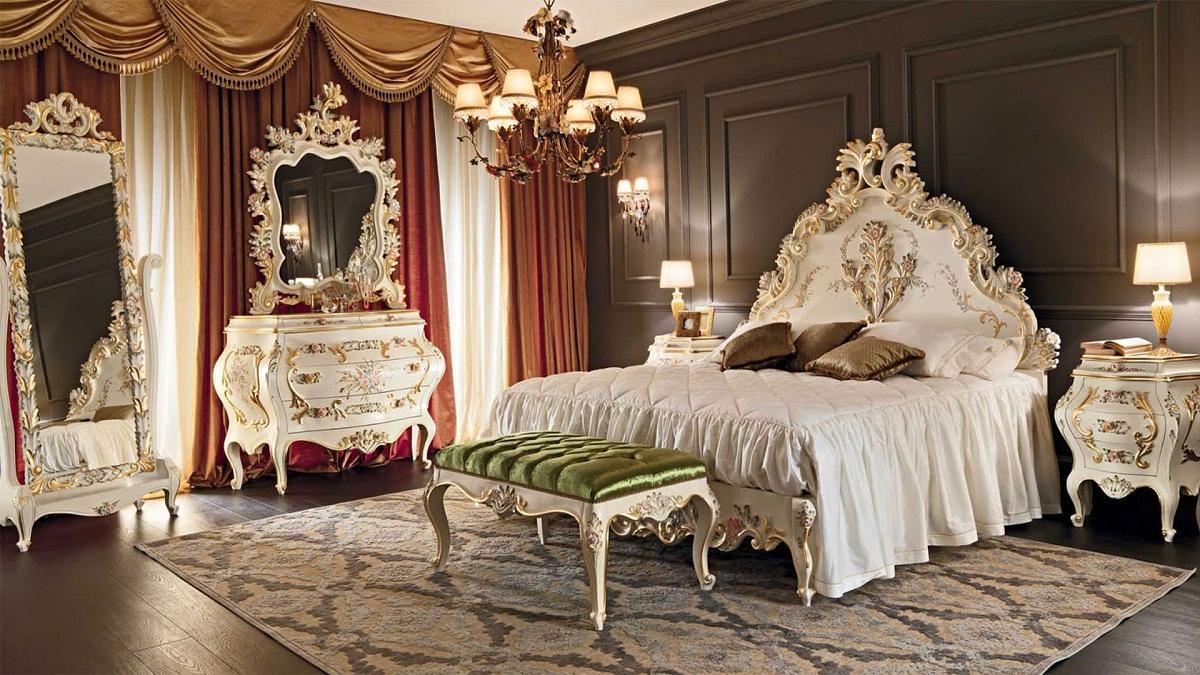 Большую роль в спальне, выполненной в стиле барокко, играют осветительные приборы