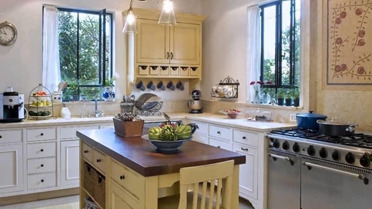 Угловая кухня с двумя окнами — выглядит визуально больше и светлее