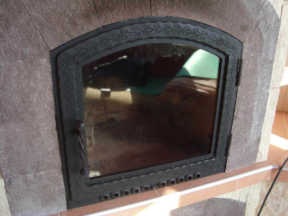 Каминные дверцы оснащены стеклом, которое выдерживает большую температуру
