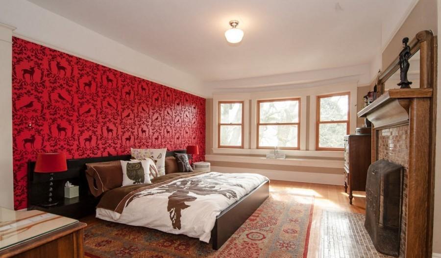 Акцентная стена с ярким узором сделает интерьер спальни броским и выразительным