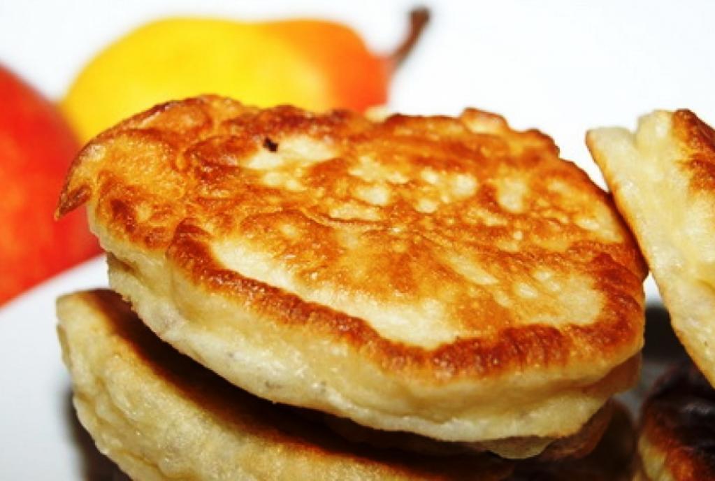 Даже самые обычные оладьи без какой-либо начинки получаются вкусными и отлично подойдут как на завтрак, так и на ужин