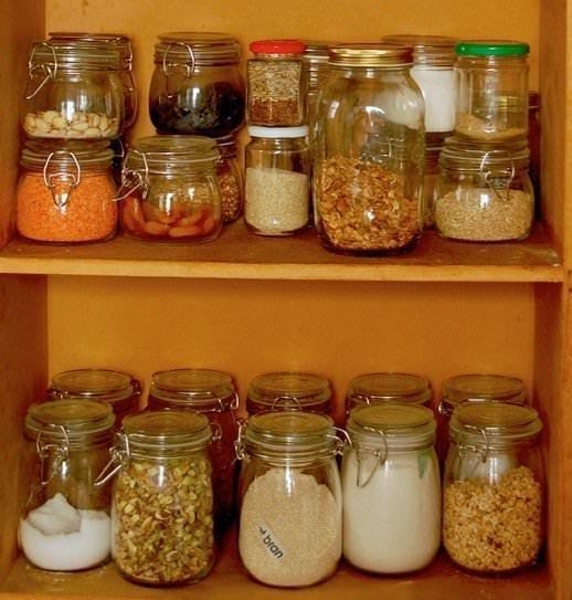 Кухонная моль имеет свойство очень быстро размножаться и портить продукты, поэтому бороться с ней необходимо начинать сразу после появления