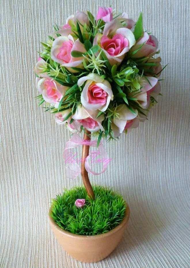 Для декорирования деревца не обязательно приобретать новые цветы: можно использовать, например, надоевшую искусственную икебану