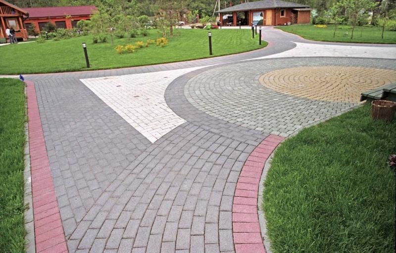 Разная раскладка тротуарной плитки может образовывать различные комбинации рисунка