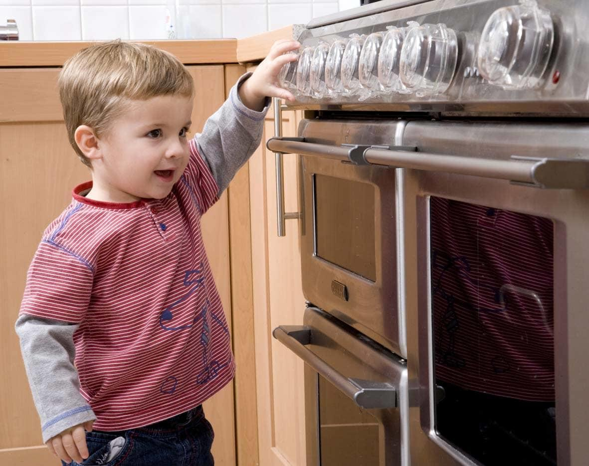 За детьми на кухне необходимо приглядывать, чтобы обезопасить их от всевозможных травм и ушибов