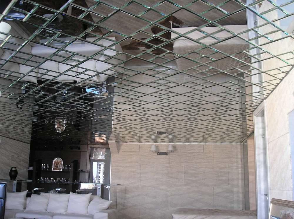 Очень оригинально смотрится панно из зеркальных потолочных плиток, которые не только делают помещение визуально больше, но и придают дополнительное освещение комнате