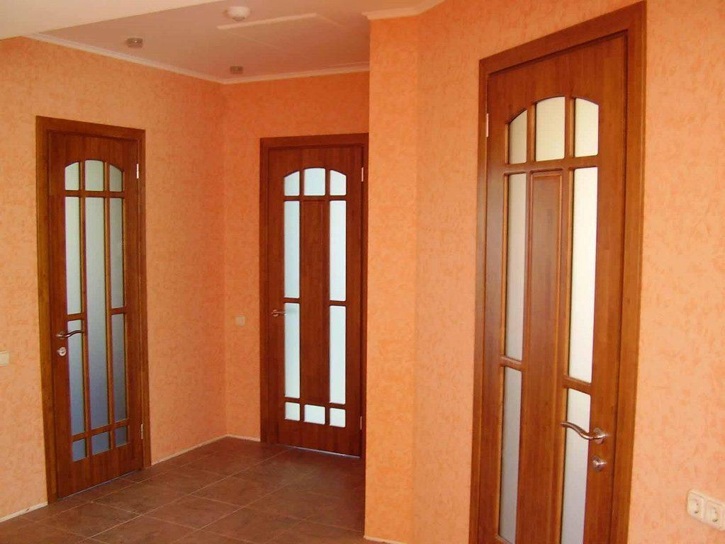 Чтобы быстро установить деревянную дверь, необходимо заранее подготовить дюбеля и петли