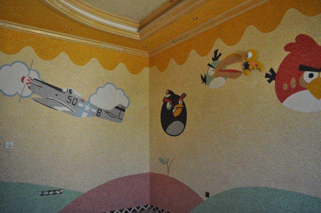Можно объединить жидкие обои на стенах и на потолке в одну, непрерывную композицию