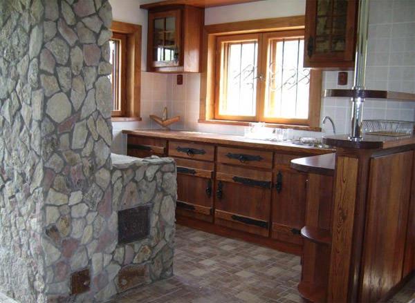 Печь на кухне не обязательно должна быть белой - ее можно обложить камнем, плиткой и другими отделочными материалами