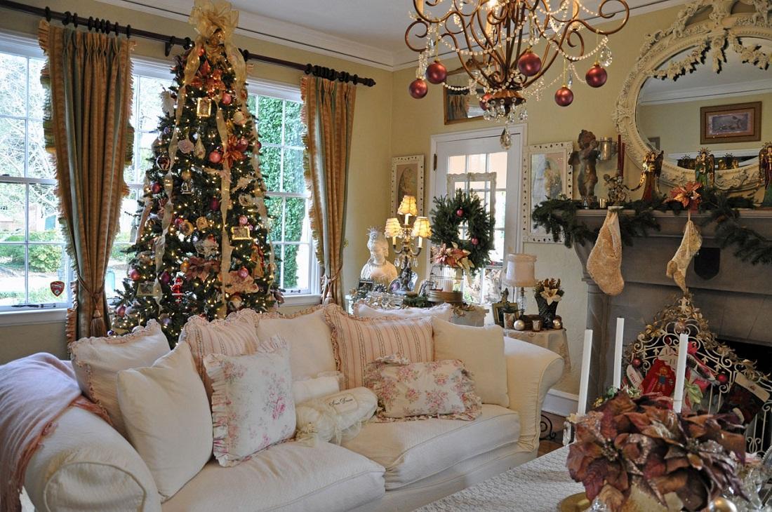 На Новый год выполнить декор гостиной можно с помощью новогодних игрушек и дождика