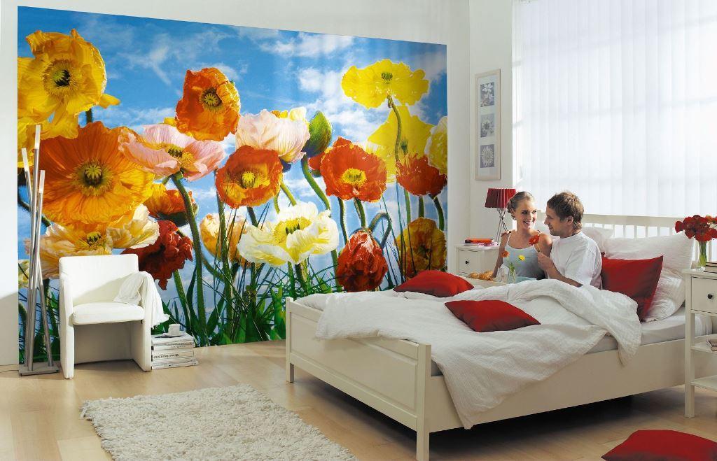 Красочные фотообои с маками освежат интерьер спальни и добавят в него ярких красок