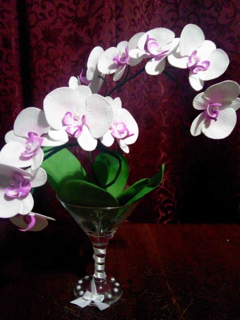 Многие рукодельницы предпочитают использовать фоамиран, поскольку он позволяет создавать реалистичные цветы