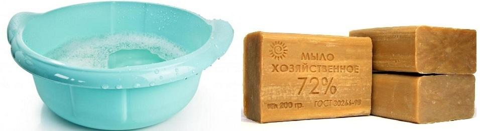 Раствор хозяйственного мыла в теплой воде быстро очищает от пятен потолок, окрашенный водоэмульсионной краской