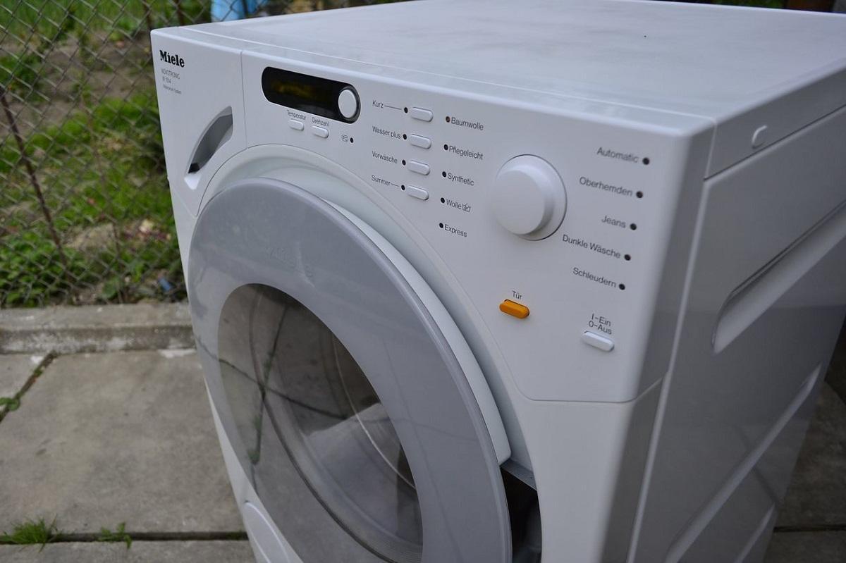 Перед тем как приступить к эксплуатации стиральной машины, следует тщательно изучить инструкцию