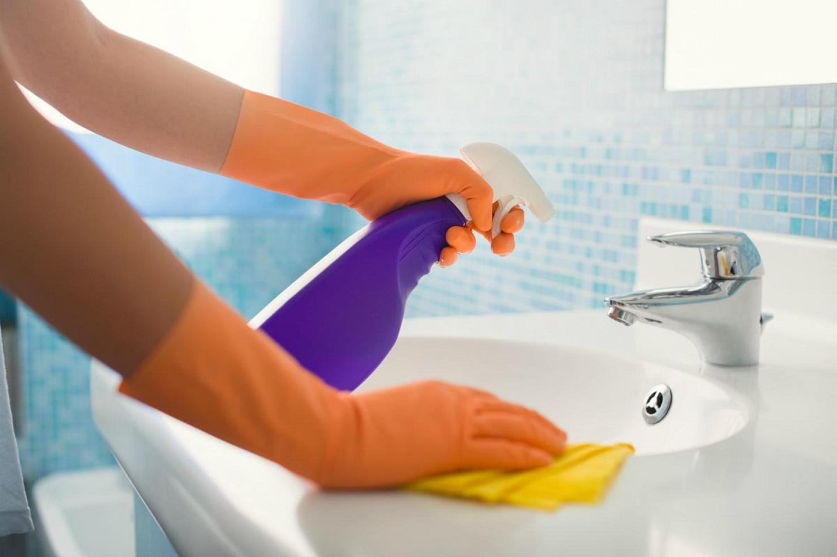 Чтобы отмыть грибок, достаточно приобрести специальное химическое средство и губку