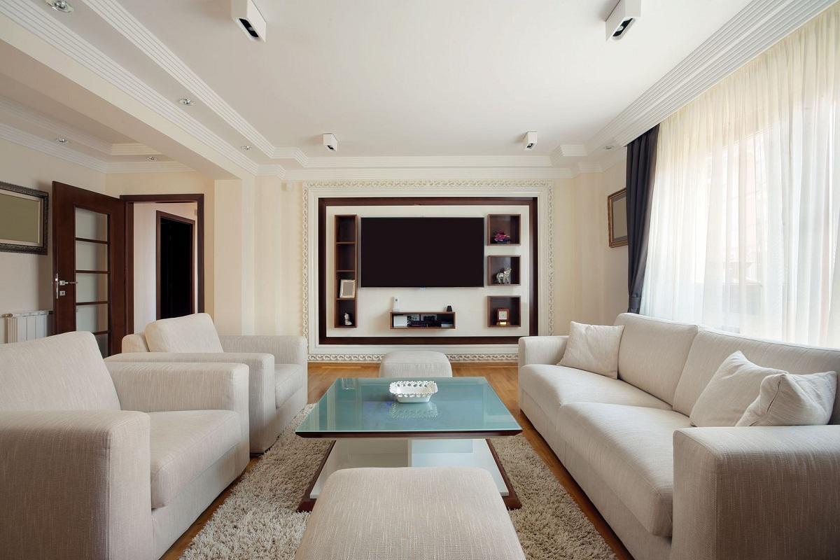 На стене возле телевизора можно сделать ниши для книг или декоративных элементов
