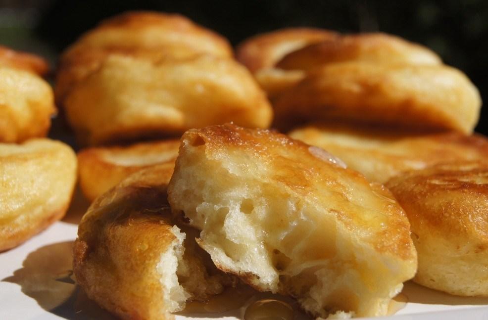 Оладушки, которые приготовлены с использованием йогурта, особенно понравятся сладкоежкам