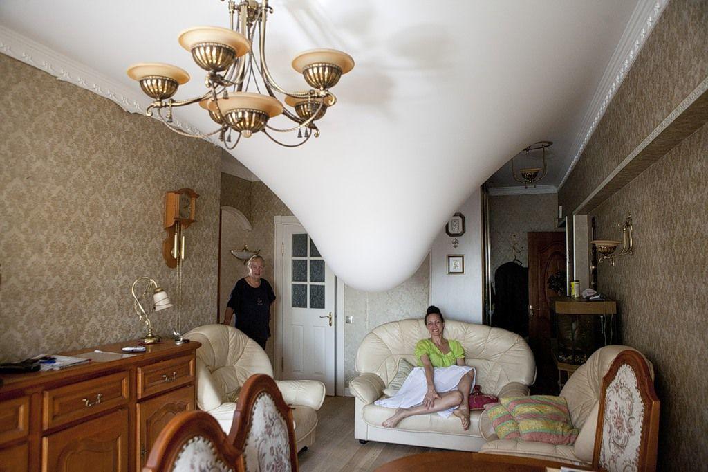 Наиболее популярной причиной провисания натяжного потолка является низкое качество используемых материалов при проведении ремонтных работ
