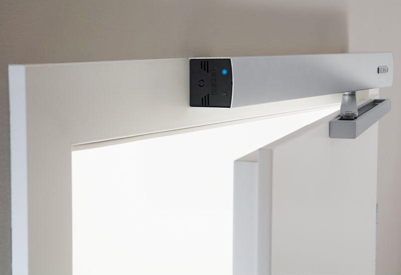 Автоматический доводчик применяется в основном там, где действует система автоматического открытия дверей
