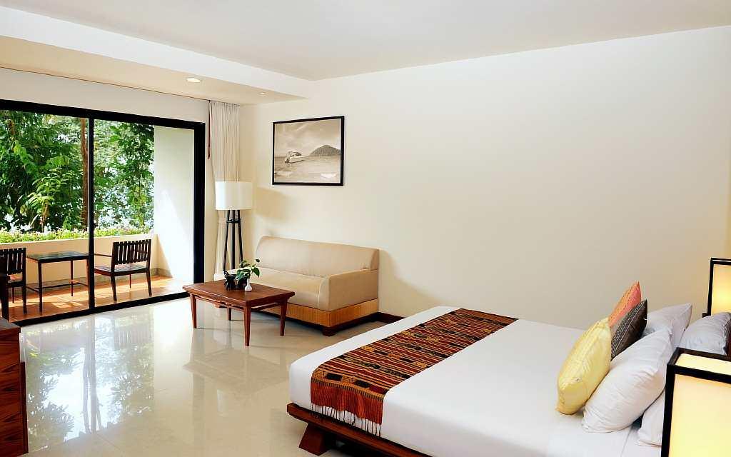 Грамотным решением будет использование обоев с отражающей поверхностью: они визуально увеличивают размеры комнаты