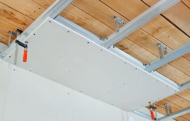 Если потолок абсолютно неровный, лучше все-таки прибегнуть к традиционному методу с возведением каркаса