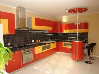 Помимо декоративной составляющей интерьера, кухонный гарнитур также является основным функциональным его элементом
