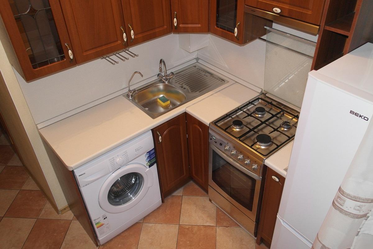 При выборе стиральной машины на кухне стоит учитывать дизайн, стиль и размеры помещения