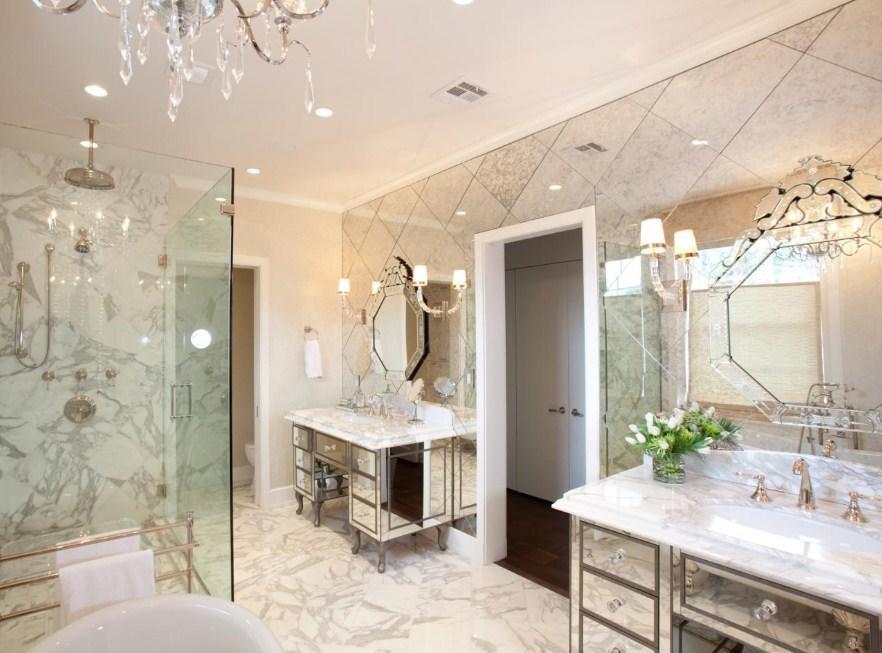 Благодаря зеркальной плитке можно визуально увеличить ванную комнату
