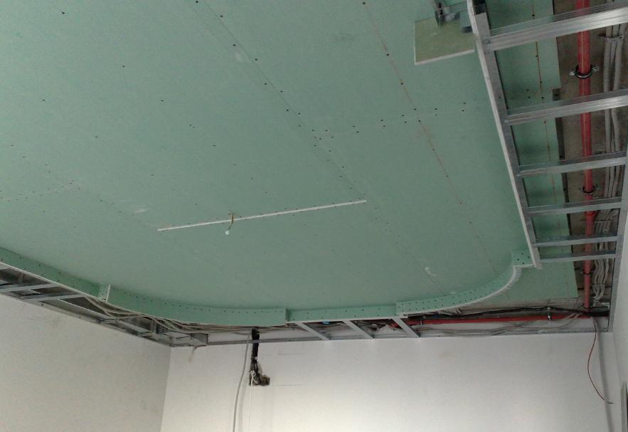 Перед монтажем гипсокартона на потолок нужно установить все элементы проводки
