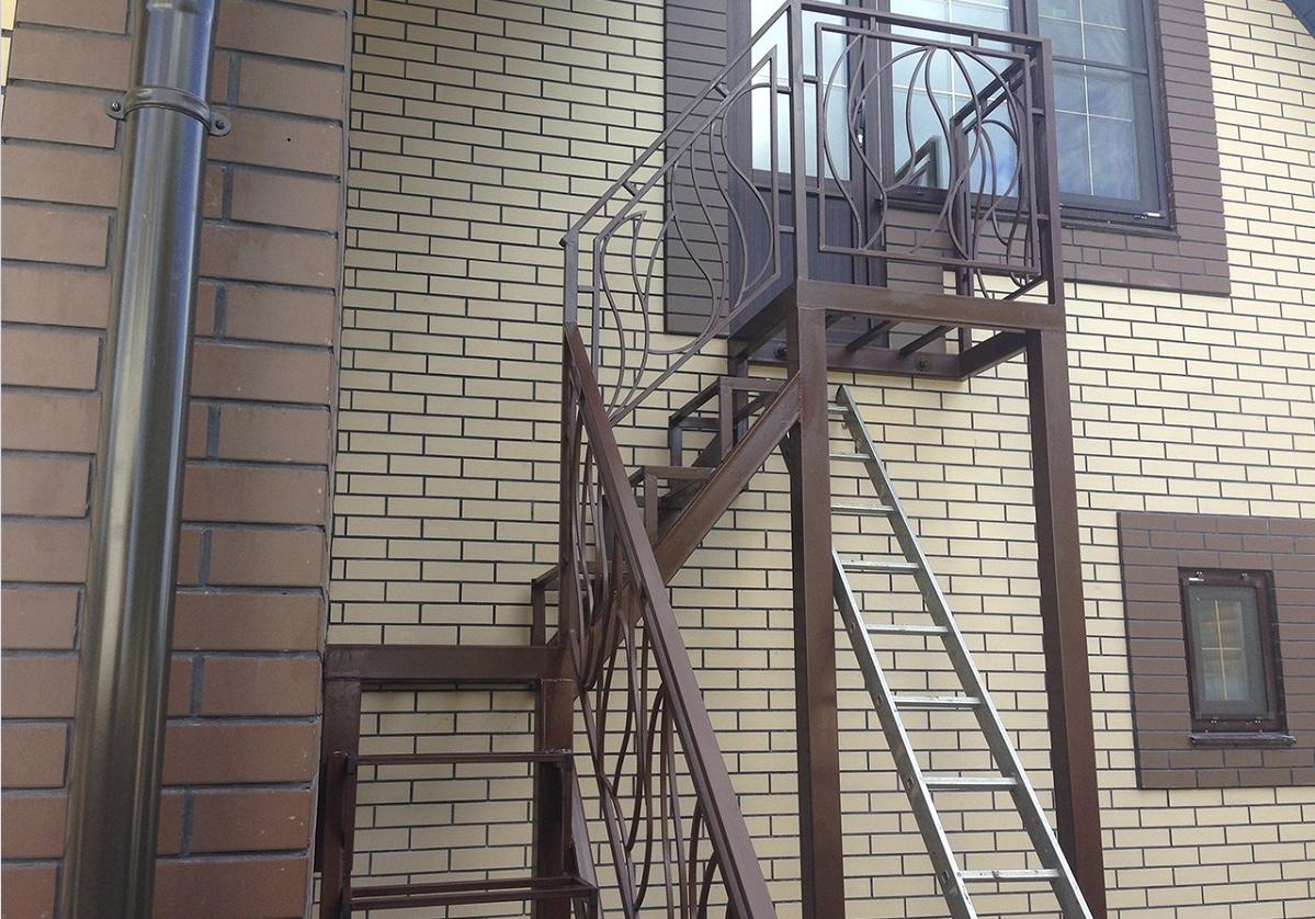 Металлическая уличная лестница на второй этаж должна иметь ступени, оснащенные покрытием, на котором не скользит нога