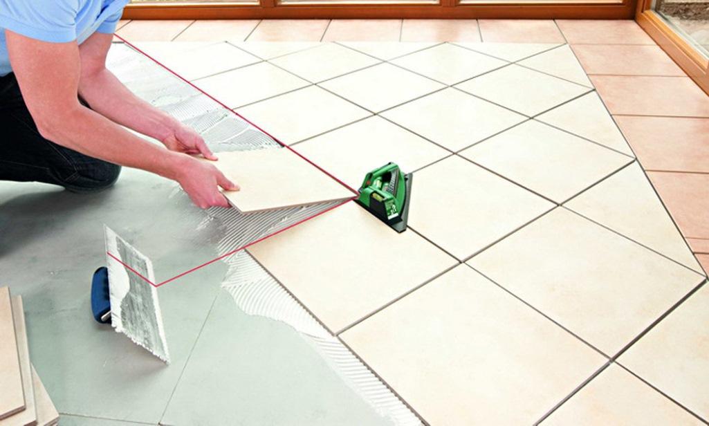Для того чтобы положить плитку ровно и качественно, следует тщательно очистить поверхность фанеры от пыли, грязи и старого покрытия