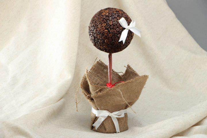 Такое кофейное деревце очень ароматное, это дополнительный бонус данного сувенира