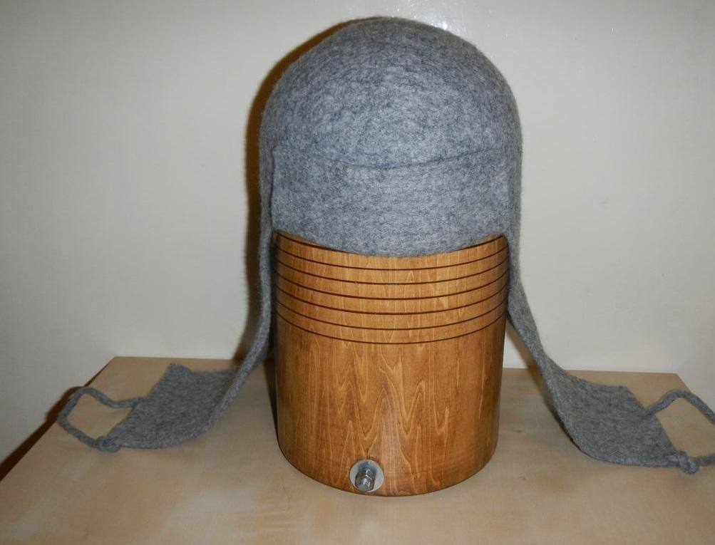 Для валяния мужской шапки лучше выбрать практичные темные или серые варианты шерсти