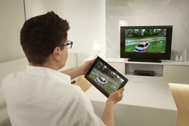 Наиболее распространенным способом подключить планшет к телевизору через Wi-Fi является налаживание беспроводной связи между двумя устройствами при помощи технологии Wi-Fi Direct (Miracast).